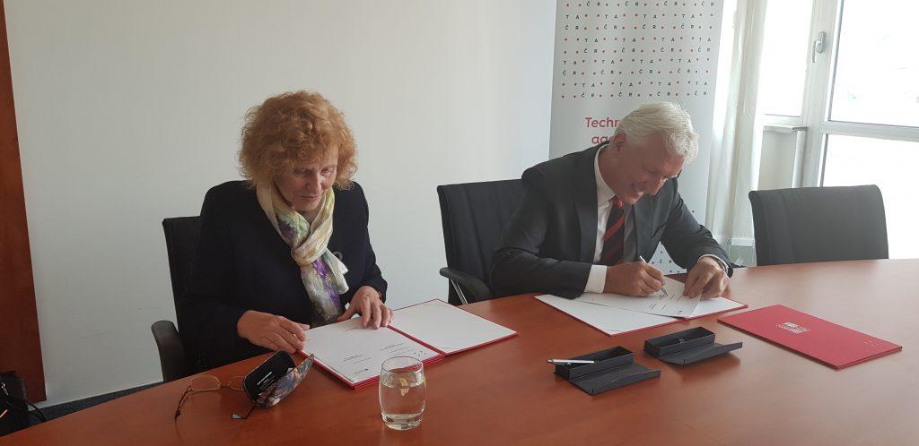 Předsedkyně Grantové agentury ČR (GA ČR) Alice Valkárová a předseda Technologické agentury ČR (TA ČR) Petr Konvalinka podepisují memorandum o spolupráci