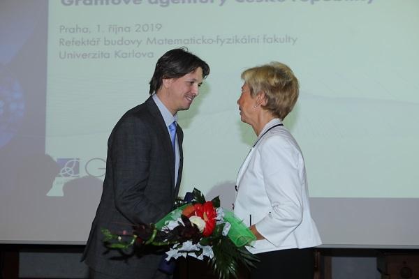 doc. MUDr. Mgr. Marku Mrázovi, Ph.D. gratuluje místopředsedkyně GA ČR