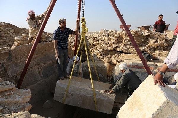 Usazování kamenného obětního stolu na jeho původní místo v Chuyho kapli (foto Hana Vymazalová)
