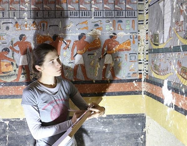 Hana Vymazalová při dokumentaci nápisů v Chuyho hrobce (foto Mohamed Megahed)