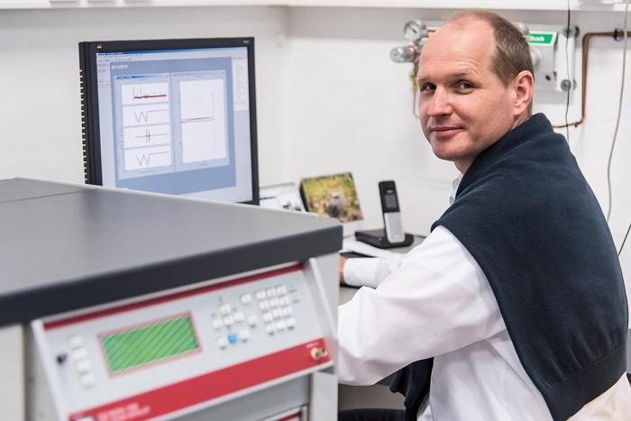 Dr. Friák u počítače